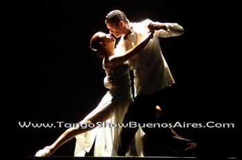 fantastic pose of this tango couple at tango_show_buenos_aires_esquina_carlos_gardel